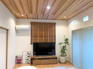 内装リフォーム 木目の天井がモダンなひろびろリビング